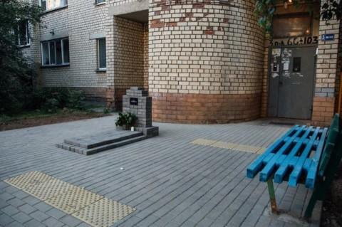 В Минске жильцы дома создали памятник в виде надгробия с надписью «Совесть коммунальных служб»