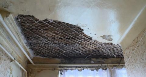 Если перекрытие потолков деревянные, то управляющая компания обязана ремонтировать потолочную штукатурку в квартире
