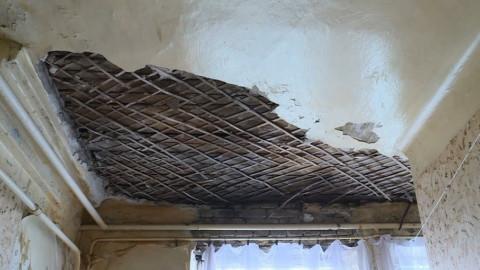 Управляющая компания обязана выполнить ремонт потолочной штукатурки в квартире при наличии деревянных потолков