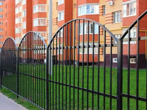 Собственники вправе возвести забор вокруг многоквартирного дома, даже если это лишает иных граждан коротких путей передвижения