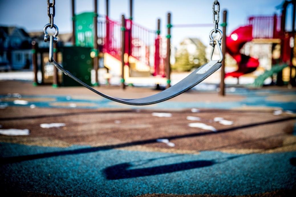содержать детские площадки